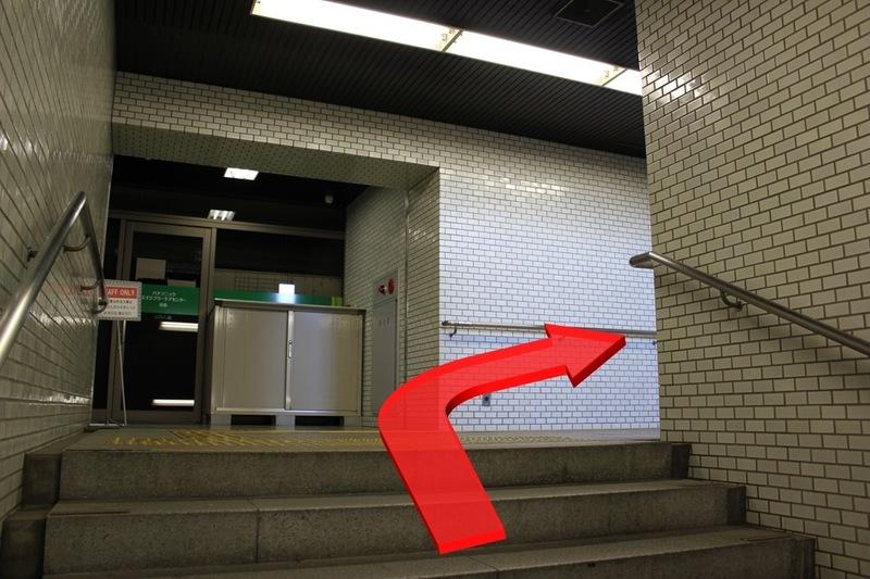 市営地下鉄五条駅8番出口の階段途中