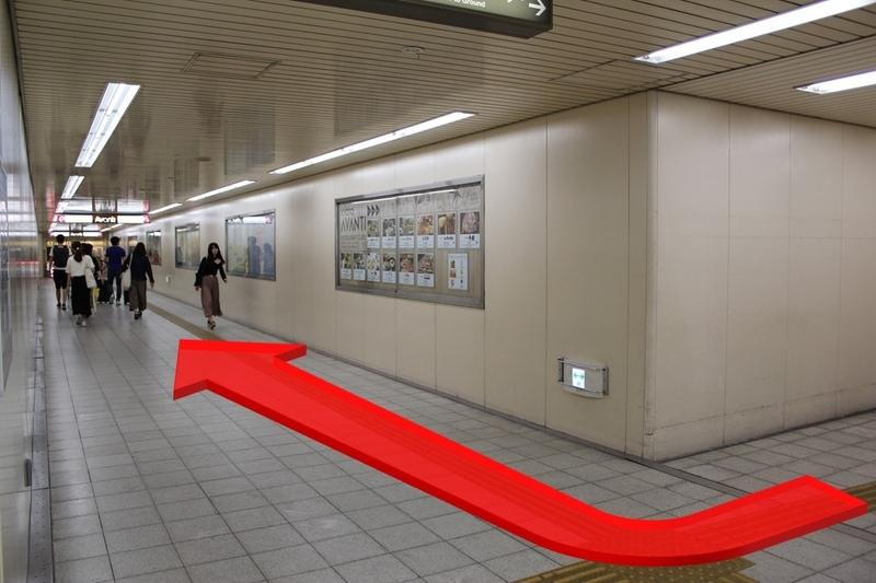地下自由通路へのエレベーターを降りて進む方向